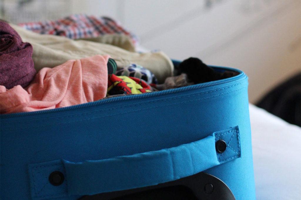 Koffert overfylt av klær