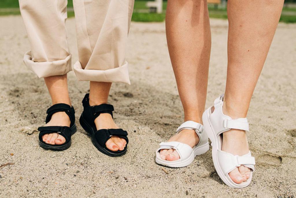 Gaitline sandaler i hvit og sort på strand