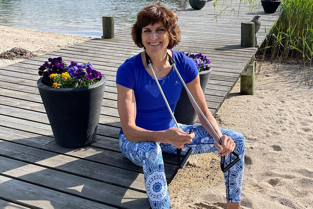 Ellen Berntsen sitter på en brygge med treningsstrikk