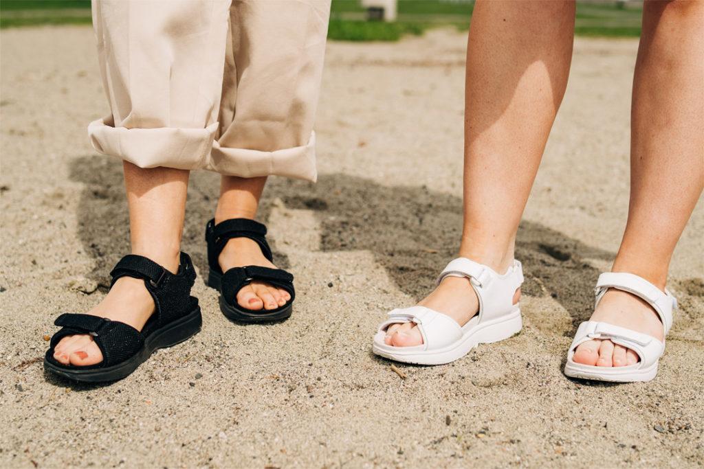 Gaitline accent sandaler i hvit og sort på sandstrand