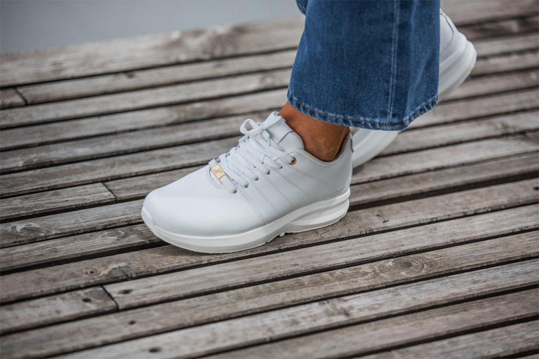 gaitline sko i hvit skinn med blå jeans