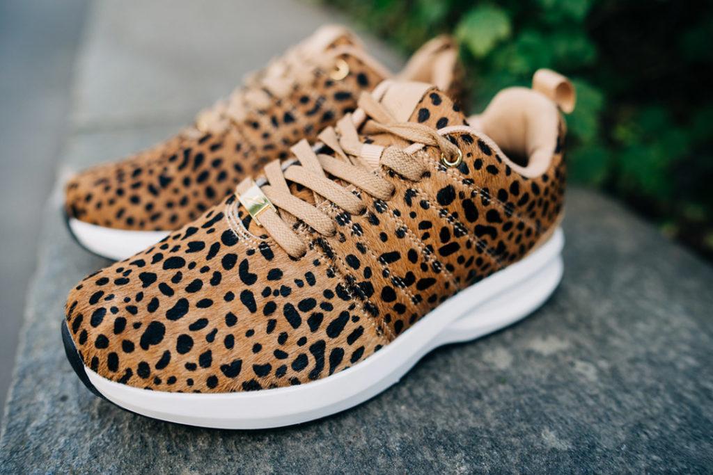 """Gaitline Safari nærbilde av overdelen i """"Ponni hår"""" med leopardprint"""