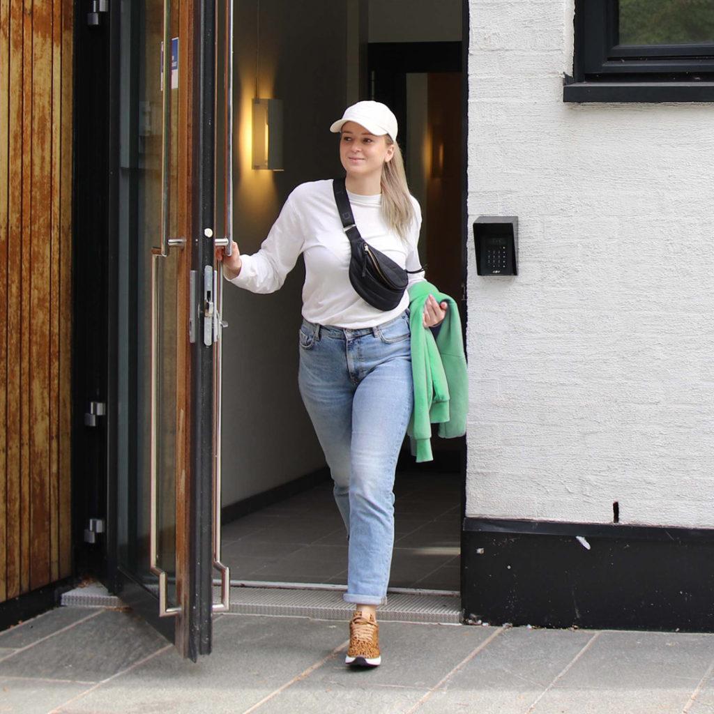 gaitline safari stylet med hvit longsleeve og blå jeans