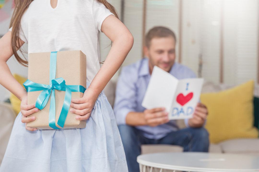 datter gir farsdagsgave til pappa